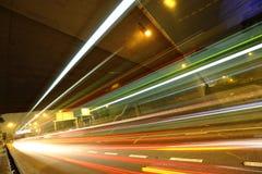 Journaux de lumière dans la ville méga Photos stock