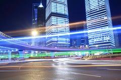 Journaux de lumière de nuit sur la construction moderne Photo libre de droits