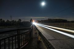Journaux de lumière sur la route Photographie stock