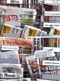 Journaux internationaux de Mamy dans un magasin image stock