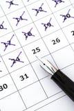 Jours d'inscription de stylo-plume sur le calendrier Image stock