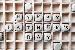 Jours de pères heureux de message faits avec établir les blocs en bois Image stock
