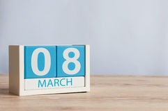 Jours internationaux heureux du ` s de femmes 8 mars Jour 8 du mois, calendrier en bois de couleur sur le fond de table L'espace  Photos stock