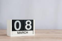 Jours internationaux heureux du ` s de femmes 8 mars Jour 8 du mois, calendrier en bois sur le fond clair L'espace vide pour le t Photographie stock libre de droits