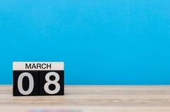 Jours internationaux heureux du ` s de femmes 8 mars Jour 8 du mois de marche, calendrier sur le fond bleu Printemps, l'espace vi Photographie stock