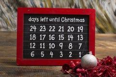 Jours laissés jusqu'à Noël sur le tableau avec des boules Images libres de droits