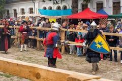 Jouter lutte le festival de l'avant-poste médiéval 2016 de culture dans Kamenetz-Podolsk Photos stock