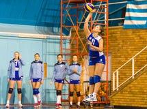 Jovanovic Katarina die, een volleyball jonge speler in CSM Boekarest dienen - gelijke CSM Lugoj Royalty-vrije Stock Afbeelding