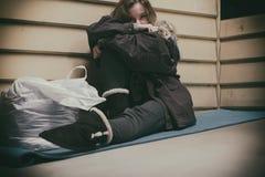 Jovem adolescente desabrigado que toma o abrigo imagem de stock royalty free
