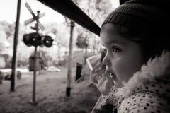Jovem criança em uma janela do trem Foto de Stock