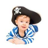Jovem criança bonito vestida como o pirata sobre o branco Foto de Stock
