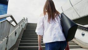 A jovem está subindo escadas na rua da cidade video estoque