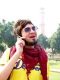 Jovem feliz que fala no móbil Fotos de Stock Royalty Free