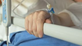 Jovem hospitalizado na clínica vídeos de arquivo