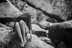 Jovem mulher à moda bonita com o agai do cabelo curto e dos olhos escuros Imagem de Stock Royalty Free
