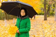 Jovem mulher à moda com um guarda-chuva foto de stock