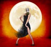 Jovem mulher à moda na máscara de gás sobre o fundo da Lua cheia Fotos de Stock Royalty Free
