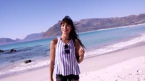 Jovem mulher à moda na praia filme