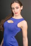 Jovem mulher à moda no vestido azul Imagem de Stock Royalty Free