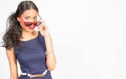 Jovem mulher à moda no vestido azul Foto de Stock Royalty Free