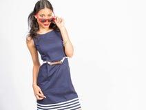 Jovem mulher à moda no vestido azul Imagens de Stock Royalty Free