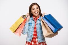 Jovem mulher à moda que levanta com os sacos de compras após a grande compra imagens de stock