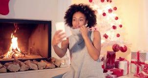 Jovem mulher à moda que toma um selfie do Natal vídeos de arquivo