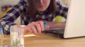 A jovem mulher é asmática e usa um inalador Conceito sazonal da alergia, mo lento video estoque