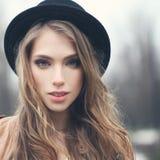 Jovem mulher agradável no chapéu do moderno fora fotografia de stock royalty free