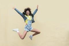 A jovem mulher alegre está apreciando o dia de verão imagem de stock