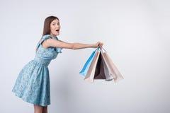 A jovem mulher alegre está jogando com pacotes Imagens de Stock