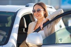 A jovem mulher alegre está pronta para sua viagem Fotos de Stock Royalty Free