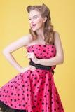 A jovem mulher alegre está expressando emoções positivas Imagens de Stock