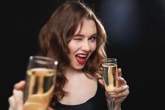 Jovem mulher alegre que dá lhe o vidro do champanhe e de pisc Fotos de Stock