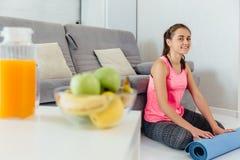 Jovem mulher antes ou depois da ioga praticando foto de stock