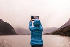 Jovem mulher ao fotografar a paisagem fotos de stock