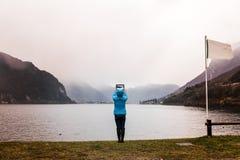 Jovem mulher ao fotografar a paisagem Fotografia de Stock Royalty Free