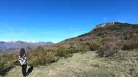 Jovem mulher apenas que observa as montanhas pirenaicas, França filme