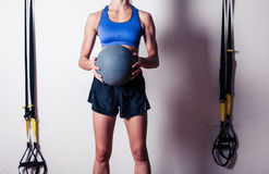 Jovem mulher apta com bola de medicina Imagens de Stock Royalty Free