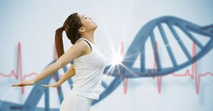 Jovem mulher apta que estica contra a estrutura do ADN imagem de stock royalty free