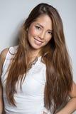 Jovem mulher asiática bonita no vestido branco com pele sem falhas imagem de stock