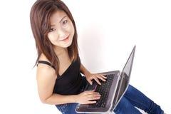 Jovem mulher asiática bonita que datilografa no portátil Imagens de Stock Royalty Free