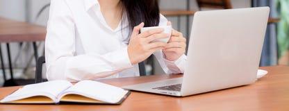 Jovem mulher asiática do Web site da bandeira do close up que trabalha em linha no portátil que senta-se na cafetaria fotografia de stock royalty free