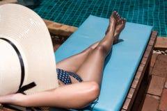 Jovem mulher asiática no sono de relaxamento do chapéu na piscina Fotografia de Stock Royalty Free