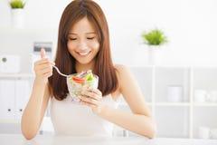 Jovem mulher asiática que come o alimento saudável Fotografia de Stock
