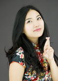 Jovem mulher asiática que cruza seus dedos Fotos de Stock Royalty Free