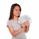Jovem mulher asiática que guardara o dinheiro do dinheiro fotografia de stock royalty free