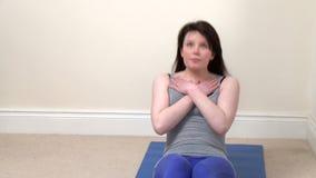 Jovem mulher atlética que faz o situps video estoque