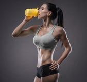 Jovem mulher atlética que faz um exercício da aptidão Fotos de Stock Royalty Free