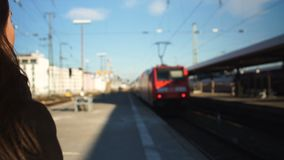 Jovem mulher atrasada para o trem elétrico, começo mau ao dia de trabalho, emoção desesperada video estoque